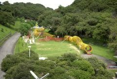 愛知県西尾市東幡豆町にある愛知こどもの国は三河湾に面した万の広大な敷地に広がる児童総合遊園施設です 自然の中に施設が点在する感じなので子どもたちものびのびとゆったり遊ぶことが出来ます  工作をしたり乗り物や遊具が楽しめる自由広場海が眺められる虹の広場があるゆうひが丘とザイルクライミングが出来るぼうけん広場全長メートルのトンネル型ジャングルジムドラゴン全長メートルある滑り台があるあさひが丘のつのゾーンから成っています  一日中楽しめますよ  tags[愛知県]