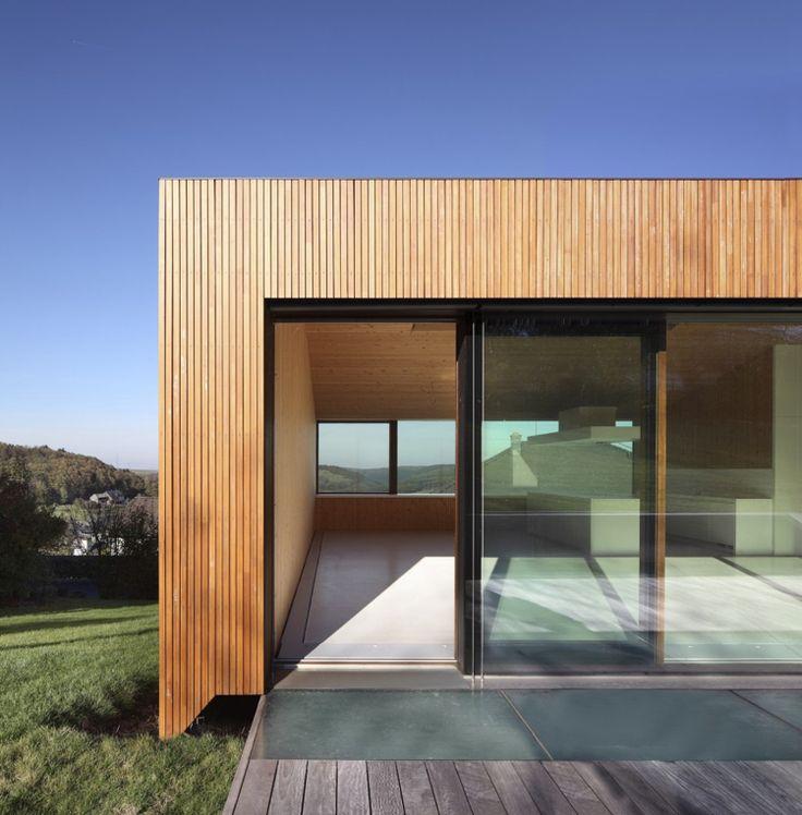 terrassenturen-schieben-glas-moderne-architektur-holzfassade-terrassendielen-flachdach