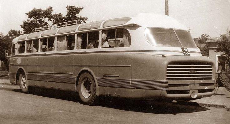На этой исторической фотографии Ikarus 55 ранних лет выпуска хорошо виден характерный изгиб подоконной линии, ниспадающий к корме. Лист под последним боковым окном решено было выполнить из стеклопластика.
