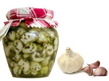 Semplice conserva da fare in casa per avere sempre l'aglio a portata di mano e renderlo più digeribile. L'aglio marinato così risulta più digeribile e ha un sapore molto più delicato, quasi di mandorla. È adatto da gustare in tutte le preparazioni in cui il suo sapore non debba essere preponderante. Lo si può anche gustare come aperitivo insieme a capperi tritati, origano, peperoncino e olio. Di seguito le ricette dell'aglio marinato sia sottolio che sottaceto.