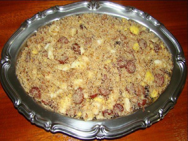 A Farofa de Linguiça com Bacon é fácil de fazer, deliciosa e combina com feijoada, churrasco e o arroz e o feijão do dia a dia. Confira!