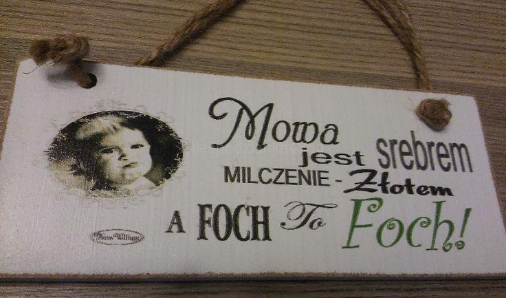 """Tabliczka: """"Mowa jest srebrem, a foch to..."""""""