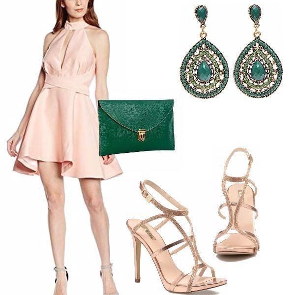 Un anniversario da festeggiare? Eccoti subito un look per questo evento, te lo descrivo nel dettaglio: abito rosa con gonna ampia e schiena nuda, scollo all'americana, molto sexy anche la scollatura sul davanti, in abbinamento dei sandali in oro rosè, gli altri accessori sono in verde smeraldo.