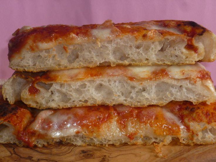 la pizza con farina di farro, è un impasto base per la pizza , preparata con lievito madre, leggera e ben alveolata, crosta croccante e mollica soffice