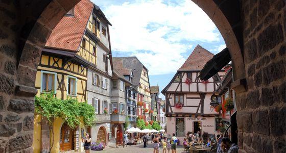 5. Riquewhir Il est difficile de choisir le plus beau village d'Alsace mais Riquewhir, situé dans le Haut-Rhin, est un lieu particulier où des vignes recouvrent le village. Dans les rues médiévales de Riquewhir on peut respirer et percevoir son passé médiéval, de ses murs blancs à ses demeures qui pourraient sortir directement dans un manuel d´architecture rhénane.