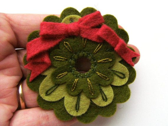 Mini Felt Christmas Wreath Ornament or Brooch door claraclips