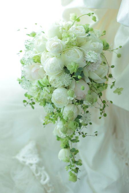セミキャスケードブーケ シェラトン都ホテルさまへ 、ころんとしたつぼみ、丸いバラで : 一会 ウエディングの花