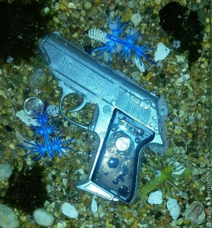 """Купить Авторская 3Д картина Прощай, """"Комиссар"""" - пистолет, камни, море, краб, ракушки"""