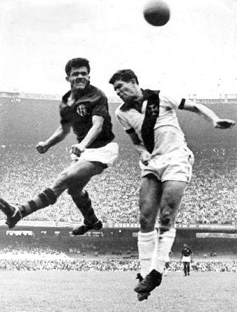 Coronel do Vasco e Dida do Flamengo disputam uma bola aérea em jogo terminado em 1x1 pelo  Campeonato Carioca de 1958.