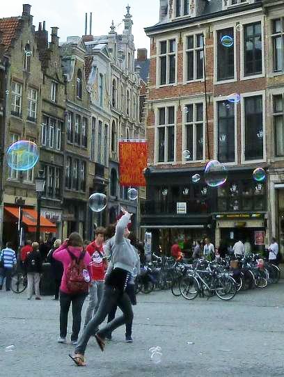 広場のシャボン玉 / soap bubbles in Bruges