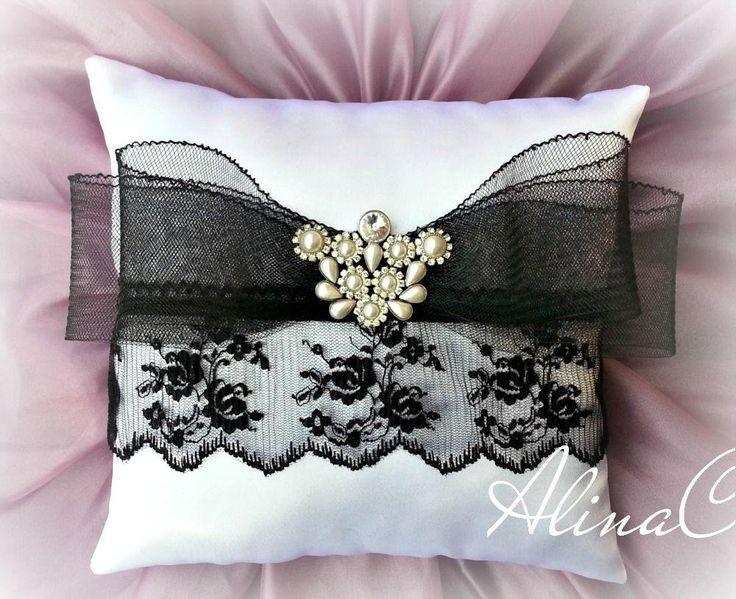 Cuscino portafedi in raso bianco e pizzo nero, fiocco in crine e decorazione in strass e perle, sposa, matrimonio di lillahandmadeinItaly su Etsy