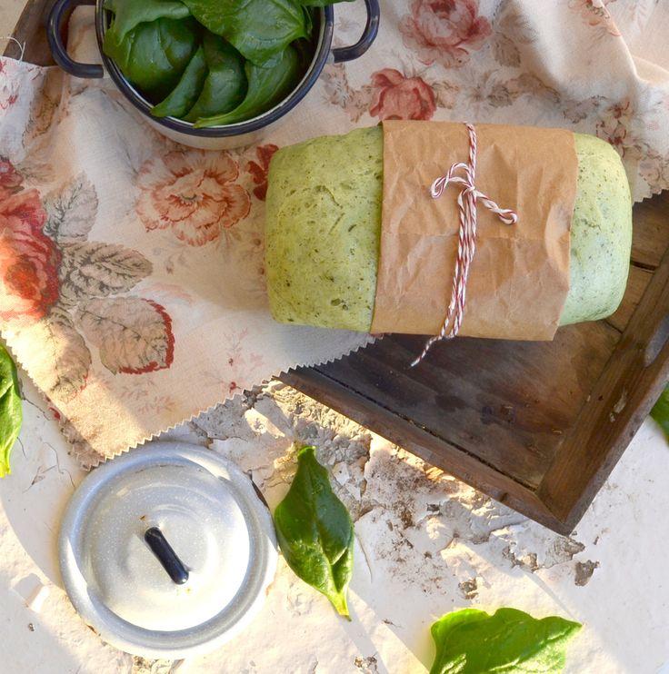 Um pão verde que se pode comer simples, barrado com queijo creme ou recheado