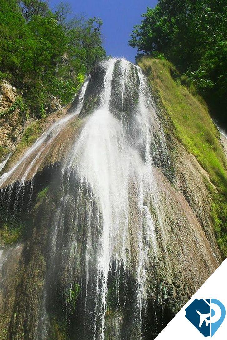La cascada de la Cola de Caballo se encuentra en el estado de Nuevo León, cerca de Monterrey y anualmente atrae a un gran número de visitantes por su encantadora belleza.