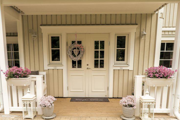 Shabby entrance