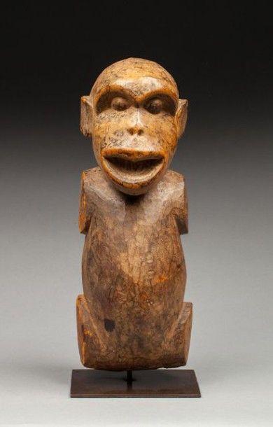 Statue reliquaire présentant un singe aux formes généreuses et à l'expression humanisée accentuée par la bouche ouverte lui conférant une expression d'orateur. Bois, ancienne patine d'usage miel et brune,… - Origine Auction - 10/01/2016