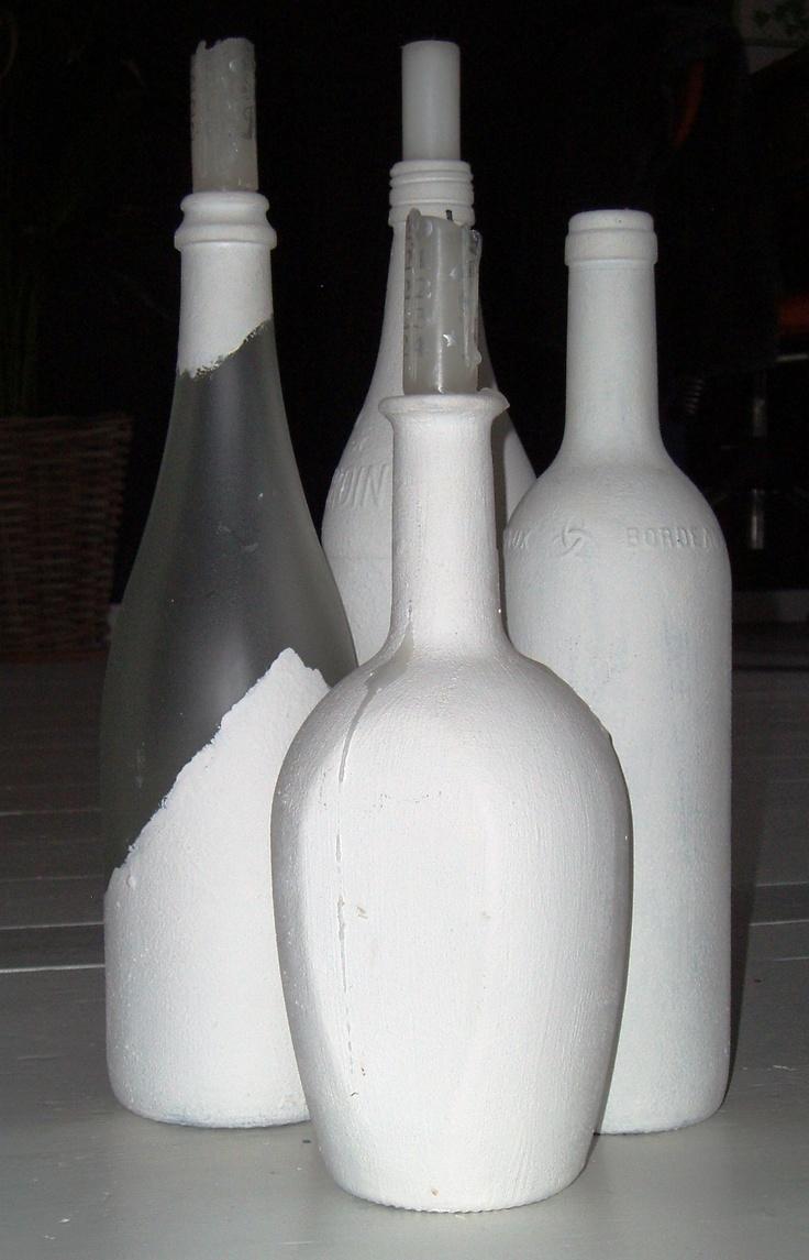 beschilderde flessen als kandelaars