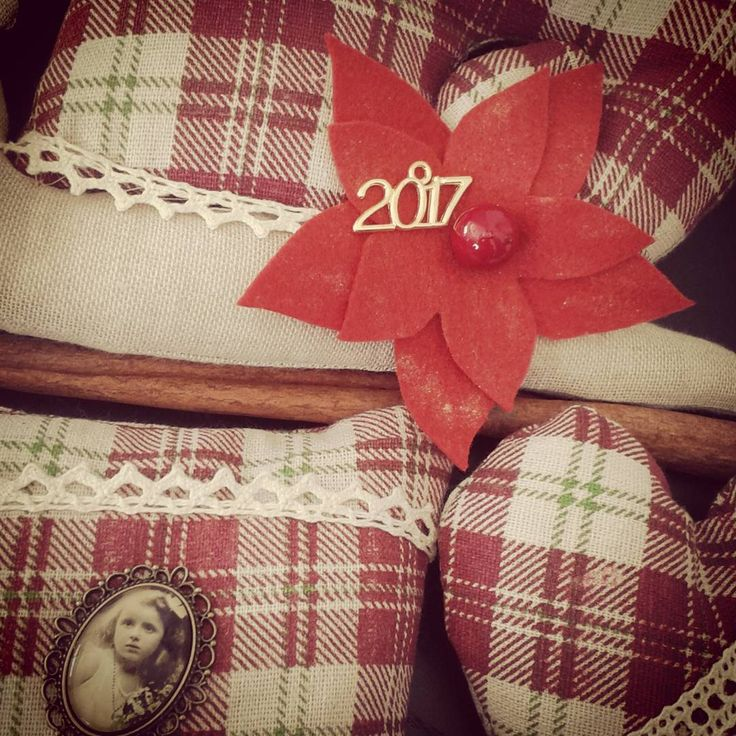Vintage διακόσμηση σε μπουκαλάκι με πετραδάκια, φιλοξενεί κλειδί και διακοσμητικό 2017 μεταλλικό. Παραγγελία online αλλά & στο ☎ 210 9606810.