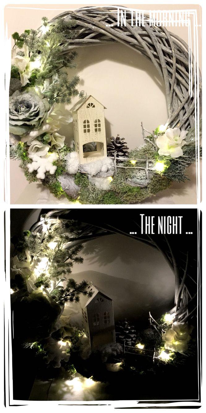 Ghirlanda decorata a mano con casina di latta, fiori artificiali, muschio, neve, corteccia, il tutto illuminato da lucine a batteria ❤️