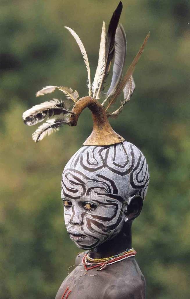 Véritables oeuvres d'art, les tribus de la vallée de l'Omo en Ethiopie, rivalisent de génie pour habiller les corps de couleurs et de parures naturelles. Photo / Hans Silvester.