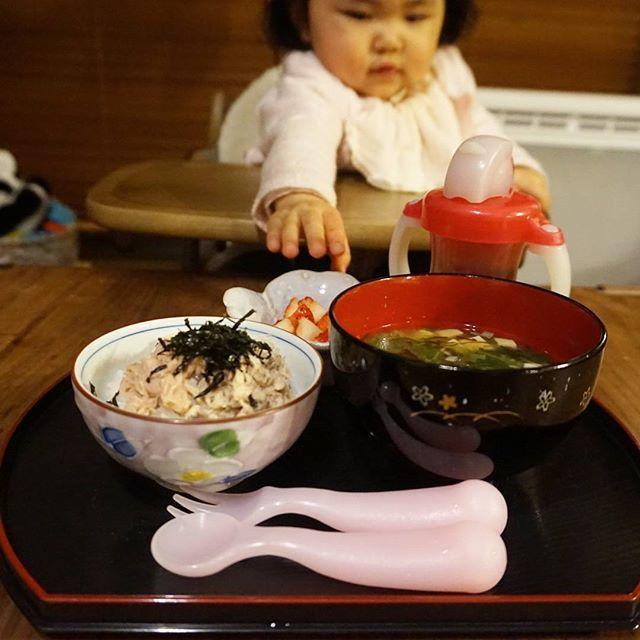 kashiwakaToday's dinner for my daughter, Mar. 6 2016 今日の娘の夜ごはん(1歳2ヶ月) *缶詰の海鮮丼 *お味噌汁 *イチゴ 娘は完食しました。 * 缶詰の海鮮丼は、鯖の水煮缶、貝柱缶、ツナをのせて刻み海苔をかけただけです。 よく混ぜて食べさせました。 超手抜きメニューだけど、娘の食い付きはバッチリでした(^^ゞ * #dinner #homemade #babydinner #babymeal #kidsdinner #kidsmeal #14months #1yearold #おうちごはん #お家ごはん #夜ごはん #晩ごはん #夕飯 #夕食 #こどもごはん #離乳食 #離乳食完了期 #たぶん離乳食 #ほぼ幼児食 #幼児食 #14ヶ月 #生後14ヶ月 #1歳 #1歳2ヶ月 #待ちきれない人