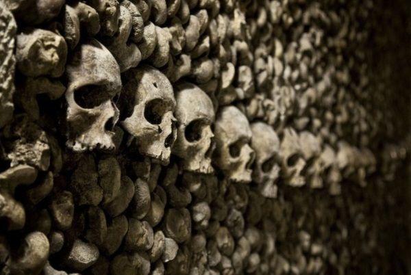Maanalaiset katakombit ovat laaja käytävien ja huoneiden verkosto, jonne miljoonat pariisilaiset on haudattu 1700-luvulta lähtien, kun Pariisin hautausmaat alkoivat täyttyä. Pariisin katakombit ovat suosittu turistikohde aavemaisine pimeine käytävineen, joissa vierailija näkee hautoja, luu- ja pääkallokasoja, maalauksia ja erilaisia jäännöksiä. Yleisöllä on pääsy vain pieneen osaan yli 300 kilometriä kattavasta käytäväverkostosta, joka on suurelta osin vaarallinen romahdusvaaran vuoksi.