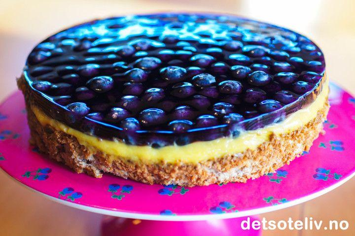 En klassisk Suksesskake kan du med letthet trylle med og få Bringebærsukess, Jordbærsuksess - eller Blåbærsuksess som jeg har laget her. Lekkert på kakebordet!