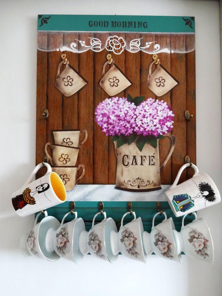 Porta-xícaras confeccionada em mdf trabalhada com pintura artística, imitação de madeira, aplicação de stencil e técnica de envelhecimento com proteção de verniz especial.    Decora sua cozinha e também a sala de estar, ou aquele cantinho especial destinado a degustação de uma bela xícara de café...