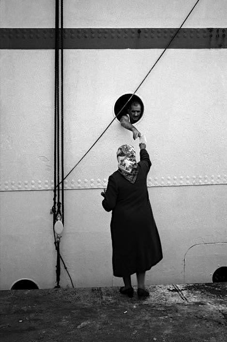 Diciendo adiós en el muelle de Galata, Istanbul, 1955 - Foto de Ara Güler (n.1928)