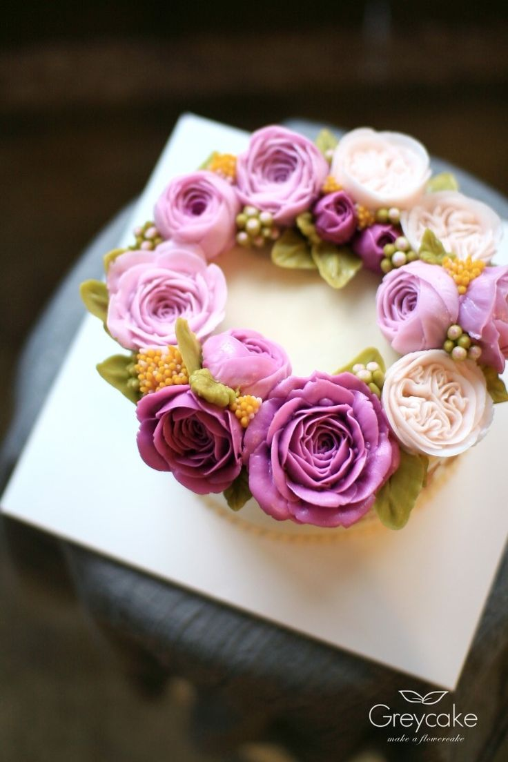 En principio puedes pensar que es una tarta normal, que simplemente es una tarta cubierta con flores de buttercream, pero lo cierto es que es una tarta muy pero muy especial.