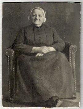 Portretfoto van Petronella Vons-van Toor (1863-1936) in Vlaardingse klederdracht, circa 1920-1936. #ZuidHolland #Vlaardingen