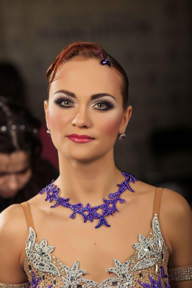 Женская прическа для бальных танцев от имидж-центра «Максимум»