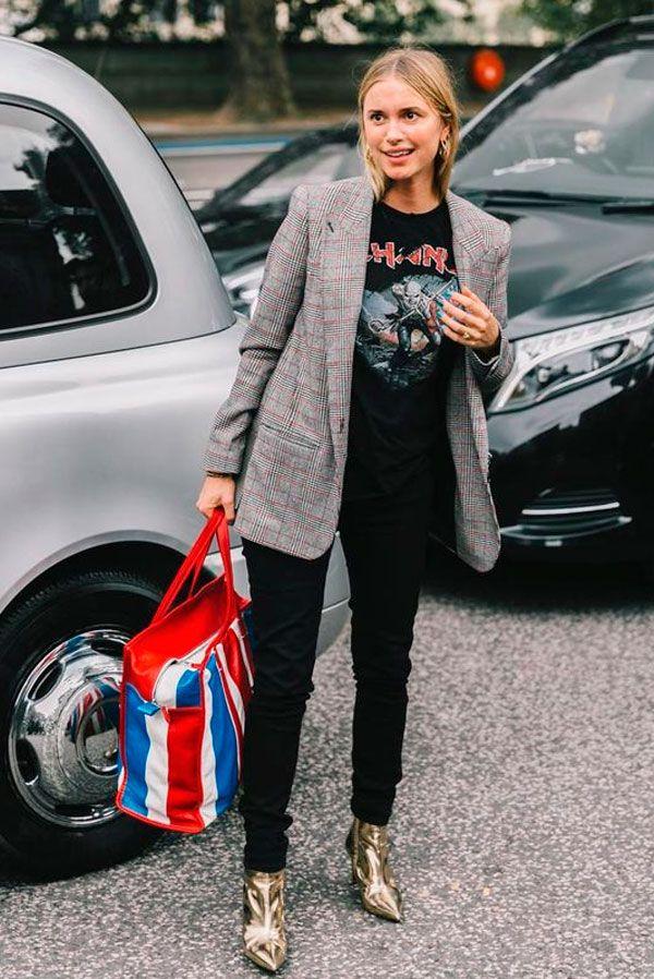 Pernille Teisbaek usa t-shirt de banca com calça skinny, blazer xadrez e bota dourada