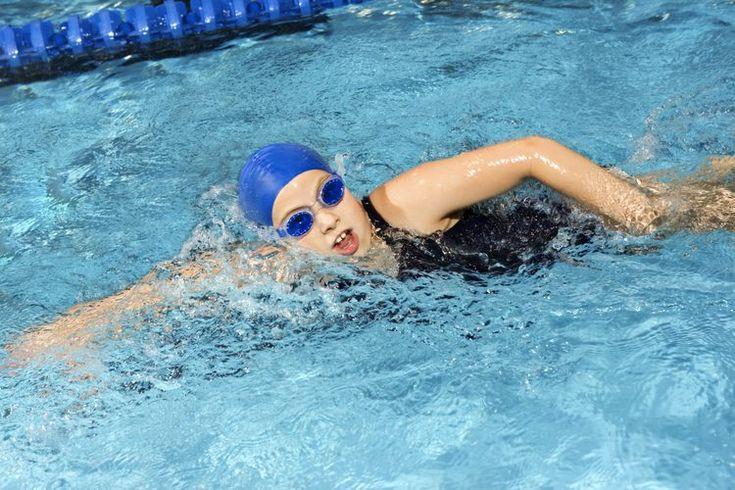 Entrenamientos de velocidad en natación. Aquellos que quieran competir como nadadores deben incorporar ejercicios de velocidad. Tienen muchas opciones, incluyendo el esprint de natación. Este ejercicio consiste en carreras cortas de velocidad, seguidas por un período de descanso y recuperación; el ...