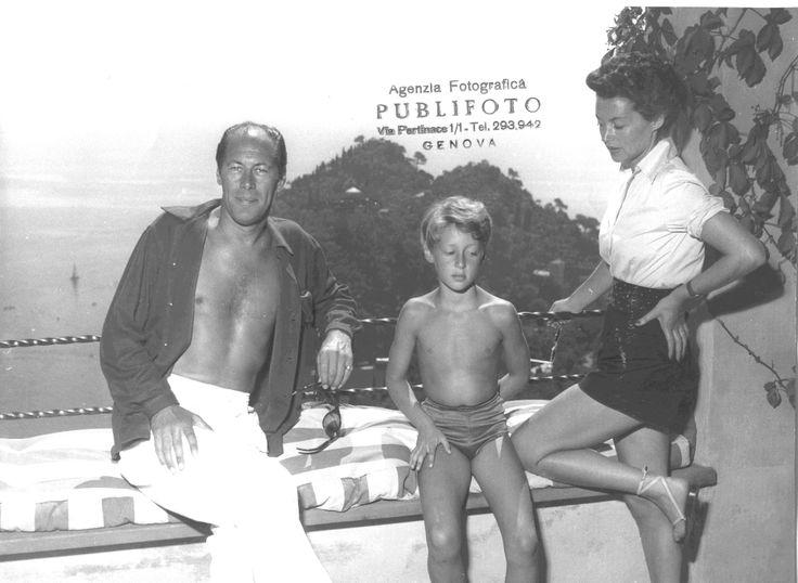Rex Harrison e Lilli Palmer ritratti insieme al figlio sul terrazzo della loro villa a Portofino. (Foto: 1952, Publifoto)