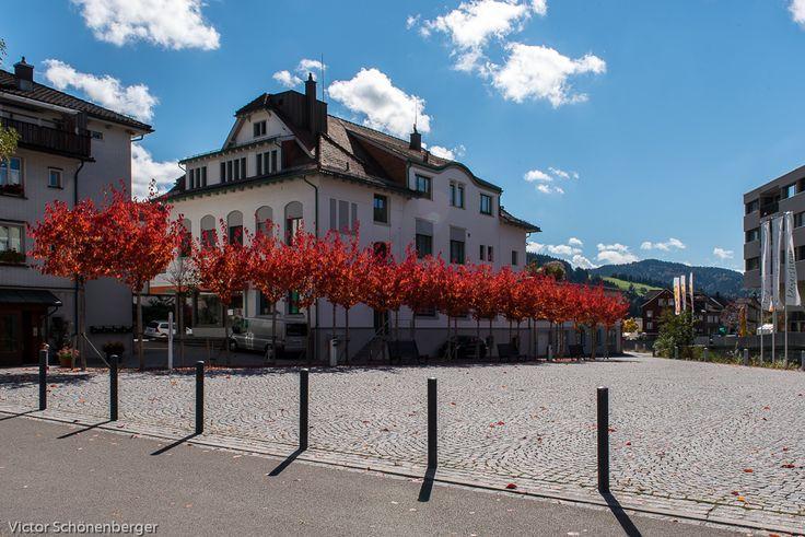 Dorfplatz im Herbst