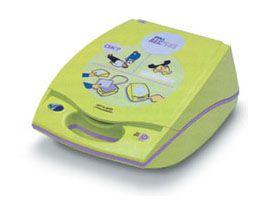 ZOLL AED Plus är en av de mest sålda hjärtstartarna Sverige. Detta är den enda hjärtstartare som har ett HLR-stöd som mäter hur djupt man ger bröstkompressionerna, så man säkerställer att man verkligen kommer ner minst 5 cm. Vidare finns en display med textkommandon på svenska vilket är bra vid bullriga miljöer när det kan vara svårt att höra röstkommandona. Den har även hela 5 års hållbarhet på elektroder och batterier vilket gör den mycket billig i drift.