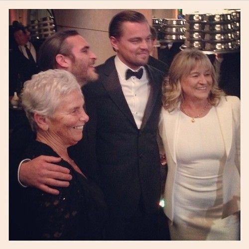 Joaquin Phoenix and Leo DiCaprio with their mums. (Golden Globes 2014)
