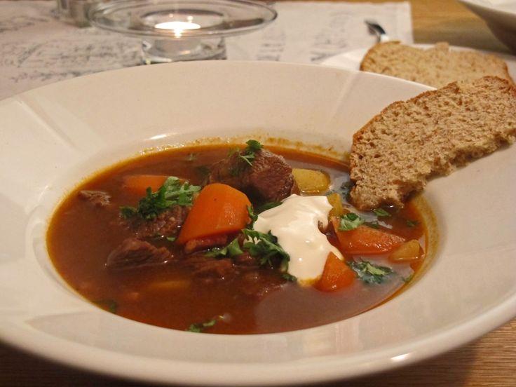Gulasj regnes som Ungarns nasjonalrett, men er en rett fra flere land. Det er en smaksrik suppe eller gryte, som er enkel å lage. Bare litt tidkrevende.
