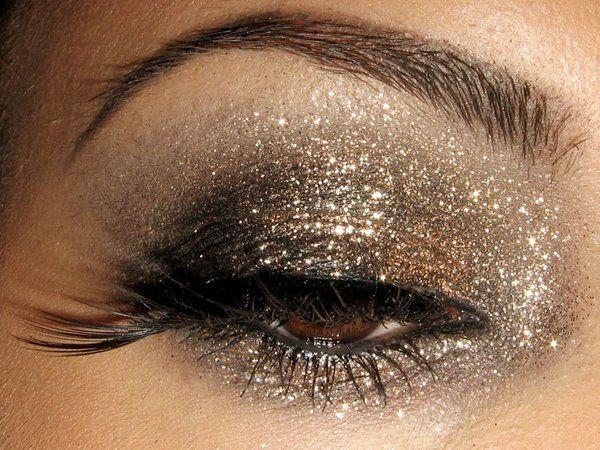 glittery smokey eye: Gold Glitter, Eye Makeup, Makeup Tricks, Eye Shadows, New Years Eve, Eyemakeup, Eyeshadows, Smokey Eye, Glitter Eye