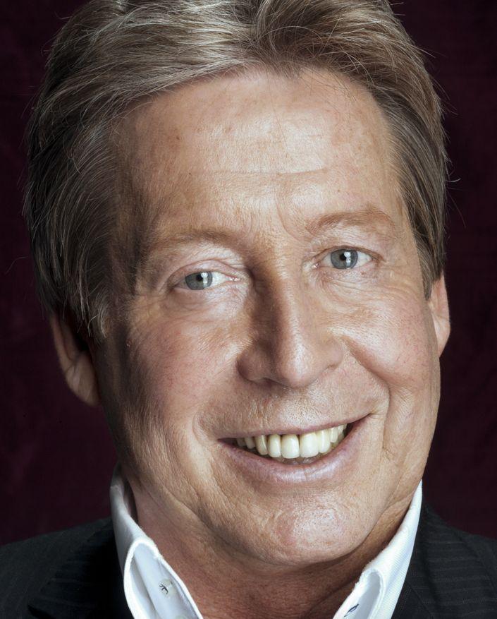 Hans Kazàn 25-03-1953  Nederlands goochelaar en televisiepresentator. Door zijn optreden vanaf 1976 voor de Nederlandse televisie werd hij populair: eerst als goochelaar in het programma Ren je Rot en later met eigen goochelshows bij de TROS, maar hij trad ook op als quizmaster in Prijzenslag bij RTL.