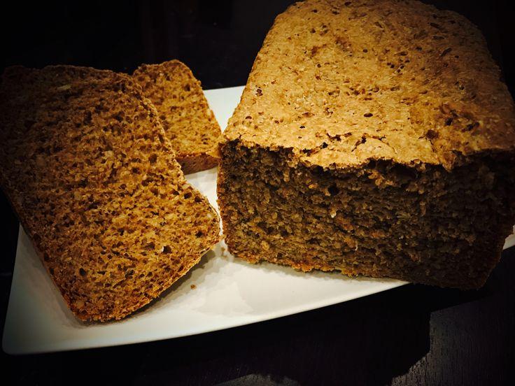 Výborný a zdravý vícezrnný chléb, který si jednoduše připravíte pomocí domácí pekárny. Ovšem i pokud pekárnu nevlastníte, není vůbec problém si chléb upéct i doma v troubě.
