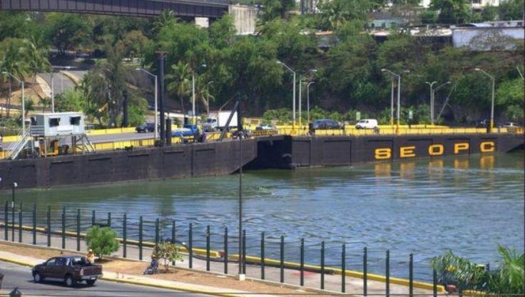 Cierran puente flotante por gran filtración de agua; tránsito congestionado en la Avenida España