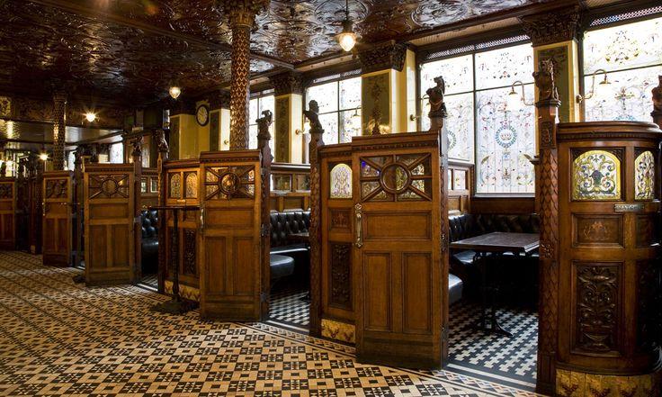Colonnes corinthiennes, boiseries sculptées par des artisans italiens et éclairage par des lampes à gaz. Le Crown Bar de Belfast est le parangon du style victorien