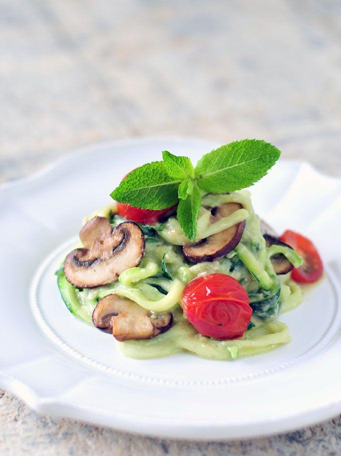 Courgette pasta met een heerlijk romige en voedzame saus van avocado, limoen, munt en pijnboompitten