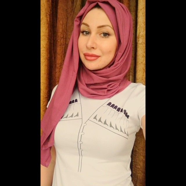 Недавно просили показать такой способ, вот выкладываю  мне интересно, всем понятно хоть?)) палантин и футболку приобрела тут ➡️ @dear_collection_ ❤️ рисунок на футболке сами выбираете и @dear_collection_ вам все сделают  (хиджаб я не ношу, так что не пишите про внешний вид  а снизу шапочку оденьте и волос видно не будет)) #hijab#scarf#shawl#video#платок#хиджаб#Angelika#turban#headscarf#beauty#fashion#scafstyle#жади#клон#красота