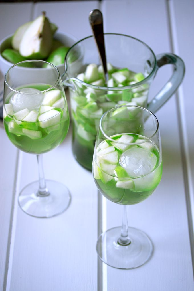 Apple and Pear Green Sangria | http://cookswithcocktails.com/apple-and-pear-green-sangria/