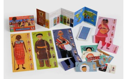 Wokabi et ses amis A la rencontre des enfants du monde  L'enfant s'amuse à reconstituer Wokabi, la petite Masaï et ses 6 amis venus des 4 bouts de la terre. Chaque personnage se forme en 5 cartes : la tête, les épaules, le ventre, les jambes et les pieds. Cinq règles évolutives avec le développement de l'enfant.    Puzzle seul ou Méli-mélo à plusieurs Jeu «ventres au centre» avec pioche Jeu des 7 familles    36 cartes + dépliant avec règles et carte du monde.  A partir de 3 ans