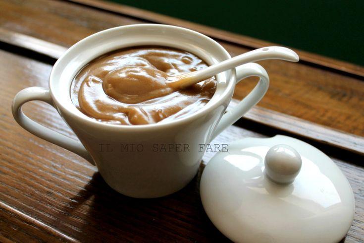 Crema al caffe senza latte è un dolce al cucchiaio ideale per chi non può assumere il latte. Si usa l'acqua per una crema leggera e delicata