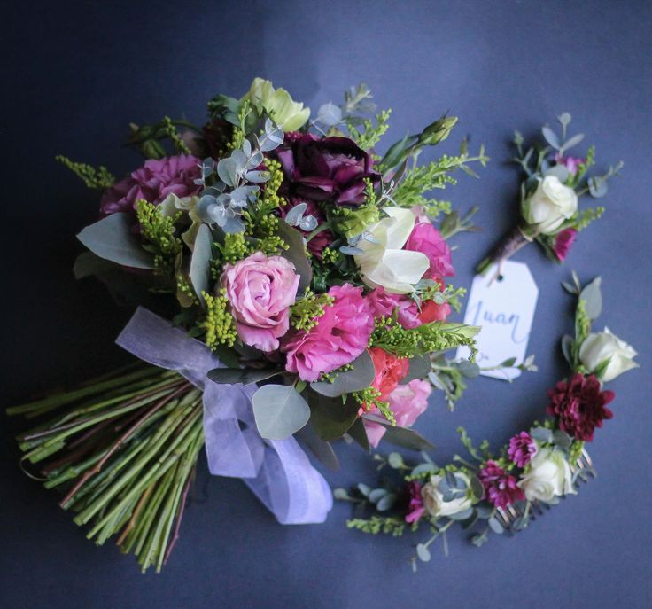 Ramo de novia de invierno #burgundy #winter #weddingbouquet #anémonas #anemone #ramosdenovia #lisianthus  #ranunculus #ranúnculo #flowers  #buttonhole #botonera #flowercrown #invierno #azahar