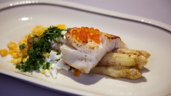 Gebakken snoekbaarsfilet met Hollandse asperges in ansjovisboter - recept | 24Kitchen